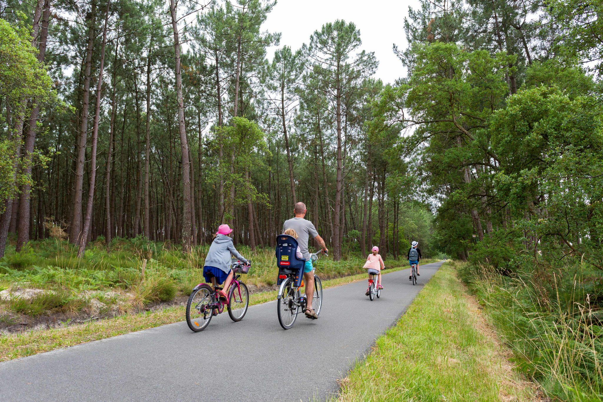 Balade vélo en famille sur la piste cyclable
